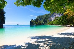 Όμορφη παραλία ενάντια στον ουρανό την ηλιόλουστη ημέρα Στοκ εικόνες με δικαίωμα ελεύθερης χρήσης