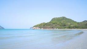 Όμορφη παραλία και πράσινος λόφος στο υπόβαθρο χαλαρώνοντας κύμα στο μέτωπο απόθεμα βίντεο