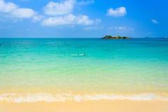 όμορφη παραλία με το άτομο δυτών στην μπλε θάλασσα και το μπλε ουρανό στοκ εικόνες