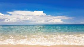Όμορφη παραλία με το μπλε ουρανό στην παραλία khao της Mai, Phuket, Ταϊλάνδη φιλμ μικρού μήκους