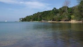 όμορφη παραλία παραδείσου στην ακτή του κόλπου θάλασσας της θάλασσας Andaman στο Phuket, Ταϊλάνδη φιλμ μικρού μήκους