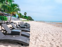 Όμορφη παραλία στη Hua Hin Ταϊλάνδη Έδρες στην άσπρη αμμώδη παραλία κοντά στη θάλασσα Έννοια καλοκαιρινών διακοπών και διακοπών γ στοκ φωτογραφία