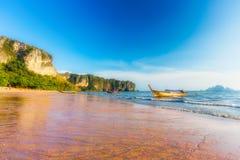 Όμορφη παραλία AO Nang, Krabi, Ταϊλάνδη το απόγευμα Στοκ Φωτογραφία