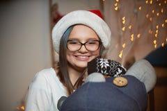 Όμορφη Παραμονή Χριστουγέννων εξόδων νέων κοριτσιών στο σπίτι στοκ εικόνα με δικαίωμα ελεύθερης χρήσης