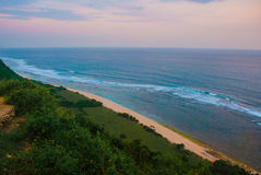 Όμορφη παραλία, άποψη της θάλασσας κατά τη διάρκεια του ηλιοβασιλέματος Uluwatu Μπαλί Ινδονησία Στοκ εικόνα με δικαίωμα ελεύθερης χρήσης
