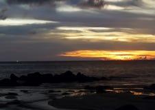 Όμορφη παραλία - η παραλία σε ένα τροπικό ηλιοβασίλεμαislandπέρα από τη θάλασσα Στοκ Εικόνες