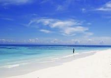 Όμορφη παραλία - η παραλία σε ένα τροπικό island Στοκ εικόνα με δικαίωμα ελεύθερης χρήσης