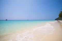Όμορφη παραλία και τροπική θάλασσα στο νησί τόνου της Mai, Phuket Στοκ Φωτογραφίες