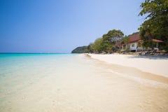 Όμορφη παραλία και τροπική θάλασσα στο νησί τόνου της Mai, Phuket Στοκ εικόνα με δικαίωμα ελεύθερης χρήσης