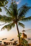 Όμορφη παραλία με έναν καφέ σε Sanur με τους τοπικούς παραδοσιακούς φοίνικες βαρκών στο νησί του Μπαλί στην αυγή Ινδονησία στοκ εικόνα με δικαίωμα ελεύθερης χρήσης