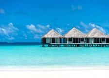 Όμορφη παραλία με τα μπανγκαλόου νερού στις Μαλδίβες Στοκ εικόνα με δικαίωμα ελεύθερης χρήσης
