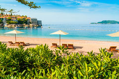 Όμορφη παραλία με τα sunshades στο Μαυροβούνιο, Βαλκάνια, αδριατική θάλασσα Στοκ Εικόνα