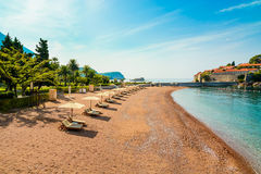 Όμορφη παραλία με τα sunshades στο Μαυροβούνιο, Βαλκάνια, αδριατική θάλασσα στοκ εικόνα με δικαίωμα ελεύθερης χρήσης
