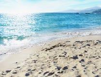 Όμορφη παραλία με την μπλε ακτίνα θάλασσας και ήλιων που απεικονίζεται στη θάλασσα Στοκ φωτογραφίες με δικαίωμα ελεύθερης χρήσης