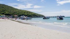 Όμορφη παραλία με τις βάρκες και τους πολύβλαστους λόφους Στοκ εικόνα με δικαίωμα ελεύθερης χρήσης