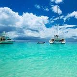 Όμορφη παραλία με τις βάρκες στις Σεϋχέλλες Στοκ φωτογραφία με δικαίωμα ελεύθερης χρήσης