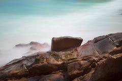 Όμορφη παραλία με τους βράχους Στοκ εικόνα με δικαίωμα ελεύθερης χρήσης
