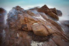 Όμορφη παραλία με τους βράχους Στοκ φωτογραφία με δικαίωμα ελεύθερης χρήσης