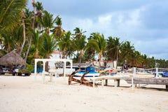 Όμορφη παραλία σε Cabeza de Toro με τις βάρκες και τη γέφυρα, Punta Cana Στοκ Εικόνες