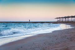 Όμορφη παραλία το βράδυ και το μόνο αριθμό ενός ατόμου μέσα Στοκ Εικόνες