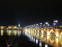 Όμορφη παλαιά γέφυρα τη νύχτα λαμβάνοντας υπόψη τα φανάρια Στοκ Φωτογραφία