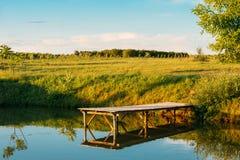 Όμορφη παλαιά ξύλινη αποβάθρα, γέφυρα για την αλιεία και θερινό δάσος Στοκ φωτογραφία με δικαίωμα ελεύθερης χρήσης