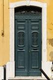 Όμορφη παλαιά πόρτα στη Λισσαβώνα κοντά στο Castle του ST George Στοκ εικόνα με δικαίωμα ελεύθερης χρήσης