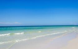 Όμορφη παλιή παραλία που περιβάλλεται από το μπλε ουρανό Στοκ φωτογραφία με δικαίωμα ελεύθερης χρήσης