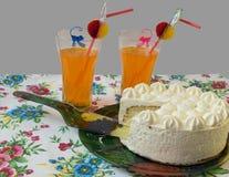 Όμορφη περικοπή το κέικ με ένα κοκτέιλ Στοκ Φωτογραφίες