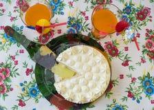 Όμορφη περικοπή το κέικ με ένα κοκτέιλ Στοκ φωτογραφία με δικαίωμα ελεύθερης χρήσης