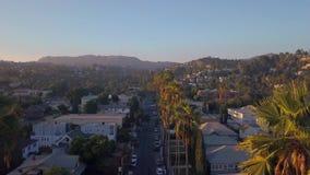 Όμορφη περιοχή του Λος Άντζελες με τους μακριούς φοίνικες από την πλευρά του δρόμου φιλμ μικρού μήκους