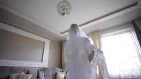 Όμορφη περιστροφή νυφών γύρω με το γαμήλιο φόρεμα στο σπίτι Υπόβαθρο του μεγάλου παραθύρου απόθεμα βίντεο