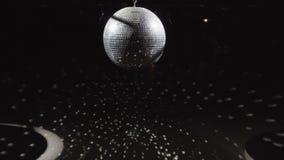 Όμορφη περιστροφή σφαιρών Disco στο μαύρο υπόβαθρο φιλμ μικρού μήκους