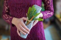 Όμορφη πετσέτα ιστού εκμετάλλευσης κοριτσιών στα χέρια Στοκ φωτογραφία με δικαίωμα ελεύθερης χρήσης
