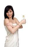 όμορφη πετσέτα λουτρών που φορά τις νεολαίες γυναικών Στοκ φωτογραφίες με δικαίωμα ελεύθερης χρήσης