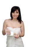 όμορφη πετσέτα λουτρών που φορά τις νεολαίες γυναικών Στοκ Φωτογραφίες