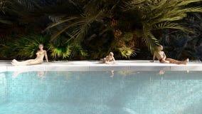 Όμορφη πισίνα με τους λούζοντας ανθρώπους, σε ένα χαμένο τροπικό νησί μια σαφή ηλιόλουστη ημέρα τρισδιάστατη απόδοση διανυσματική απεικόνιση