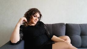 Όμορφη πλήρης συνεδρίαση κοριτσιών στον καναπέ, λυπημένος, ρομαντικό να ονειρευτεί διακοπών απόθεμα βίντεο