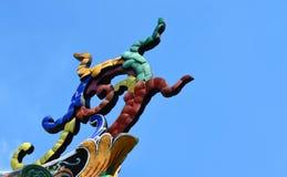 Όμορφη πολύχρωμη διακόσμηση κεραμιδιών στην κινεζική στέγη ναών Στοκ εικόνα με δικαίωμα ελεύθερης χρήσης