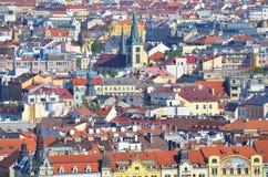 Όμορφη Πράγα και οι κόκκινες στέγες του Στοκ Εικόνες