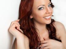 Όμορφη προκλητική γυναίκα με το κόκκινο τρίχωμα. Στοκ Φωτογραφία