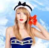 Όμορφη προκλητική γυναίκα που φορά το ριγωτό φόρεμα ναυτικών Στοκ Φωτογραφία