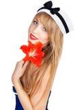 Όμορφη προκλητική γυναίκα που φορά το ριγωτό φόρεμα ναυτικών Στοκ Εικόνες