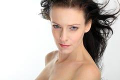 Όμορφη προκλητική γυναίκα brunette με το πετώντας τρίχωμα στην άσπρη ανασκόπηση Στοκ Φωτογραφία