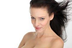 Όμορφη προκλητική γυναίκα brunette με το πετώντας τρίχωμα στην άσπρη ανασκόπηση Στοκ Εικόνες