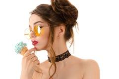 Όμορφη προκλητική γυναίκα brunette στα στρογγυλά γυαλιά με το παγωτό Στοκ φωτογραφίες με δικαίωμα ελεύθερης χρήσης