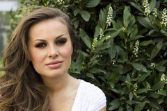 Όμορφη προκλητική γυναίκα brunette στο πάρκο Στοκ Εικόνες