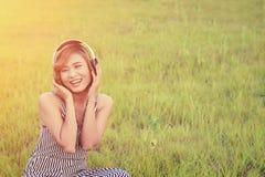 Όμορφη προκλητική μουσική ακούσματος συνεδρίασης γυναικών από το SMI ακουστικών Στοκ Φωτογραφίες