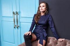 Όμορφη προκλητική μόδα συλλογής φθινοπώρου άνοιξης γυναικείας brunet τρίχας Στοκ φωτογραφία με δικαίωμα ελεύθερης χρήσης