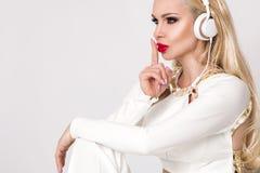 Όμορφη προκλητική ξανθή γυναίκα με μακρυμάλλη Στοκ εικόνες με δικαίωμα ελεύθερης χρήσης